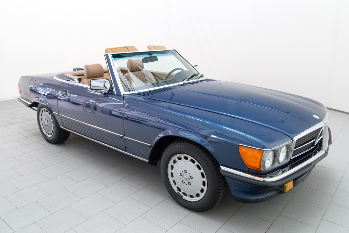 mercedes benz 560 sl convertible classicbid. Black Bedroom Furniture Sets. Home Design Ideas
