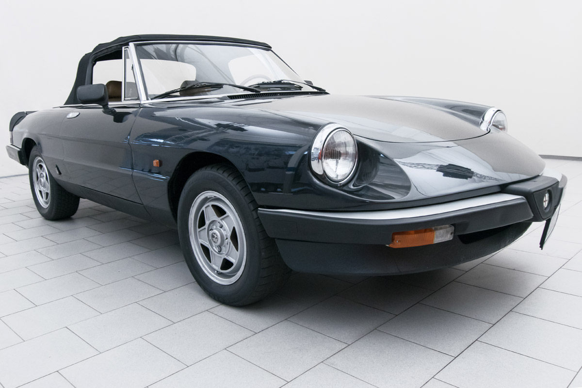 alfa romeo spider 2 0 convertible classicbid. Black Bedroom Furniture Sets. Home Design Ideas
